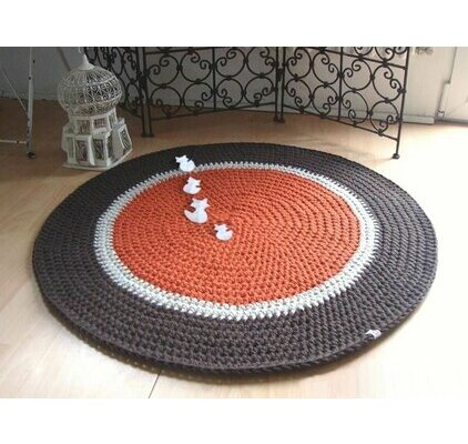 Tapis orange, blanc et gris